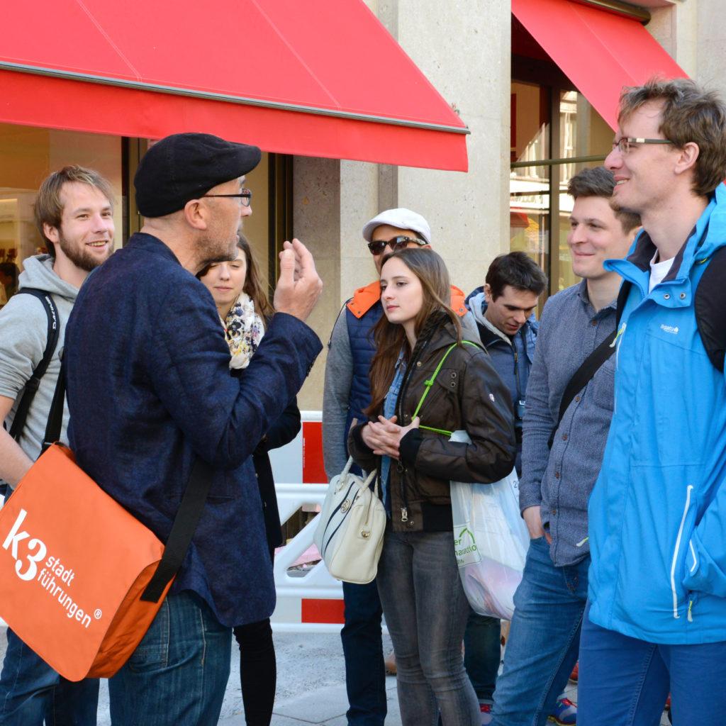 Eine Schülergruppe bei einer Stadtführung durch Berlin