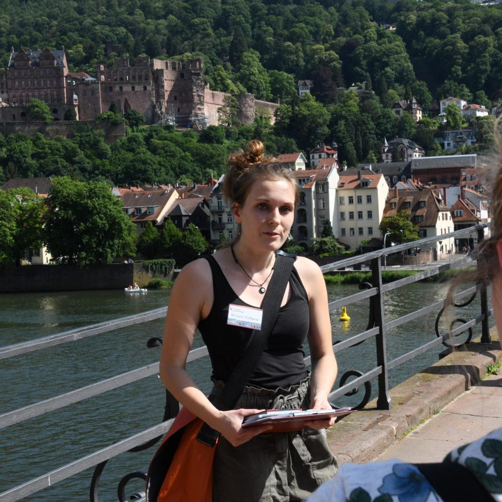 Stadtführerin bei einer Stadtführung in Heidelberg