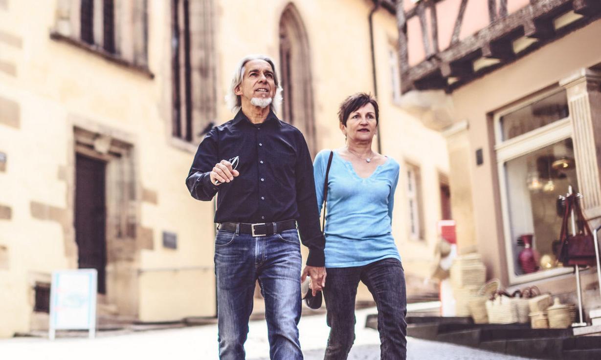 Ein glückliches Paar bei einer Stadtführung durch Dresden